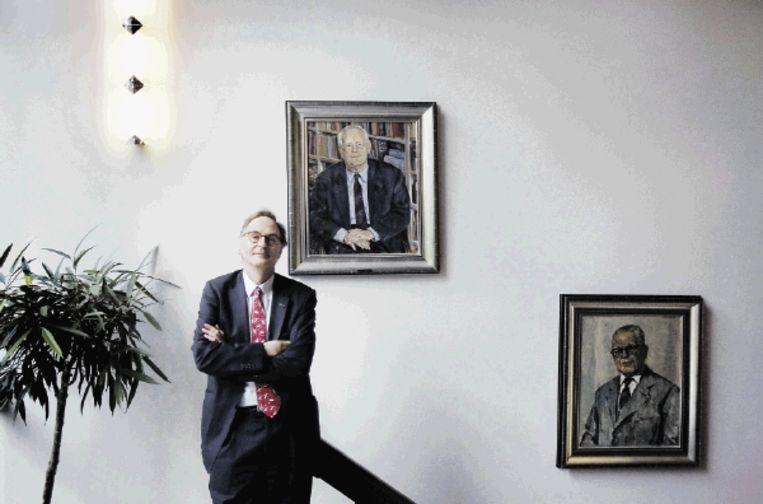 Ser-voorzitter Alexander Rinnooy Kan, met achter hem portretten van voorgangers. Links Th. Quene, rechts G.M. Verrijn Stuart. (FOTO WERRY CRONE) Beeld