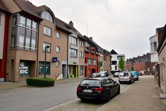 De vrouw werd beroofd toen ze na een bezoekje aan de KBC-bank in de Tieltstraat weer wilde wegrijden.
