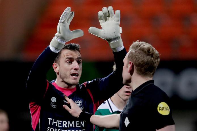 GA Eagles-doelman Hobie Verhulst heeft een discussie met arbiter Alex Bos tijdens het duel FC Volendam - Go Ahead Eagles van vorig seizoen.