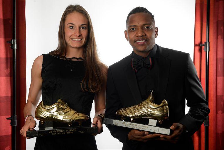Tessa Wullaert en José Izquierdo poseren fier met hun Gouden Schoen.
