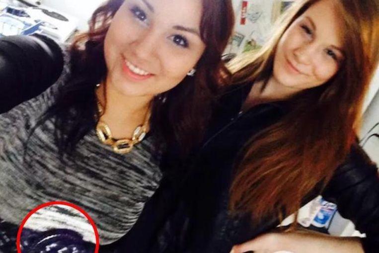 Cheyenne Rose Antoine (L) met Brittney Gargol (R) op de bewuste Facebookfoto.