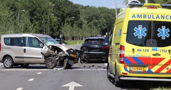 Porsche flink beschadigd bij ongeluk op N304 bij Ugchelen, een persoon gewond.