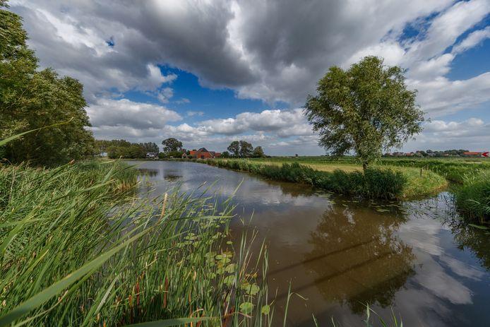 De Kleine Ton, een klein watertje dat door de polder bij Zwingelspaan naar de Tonnekreek stroomt.