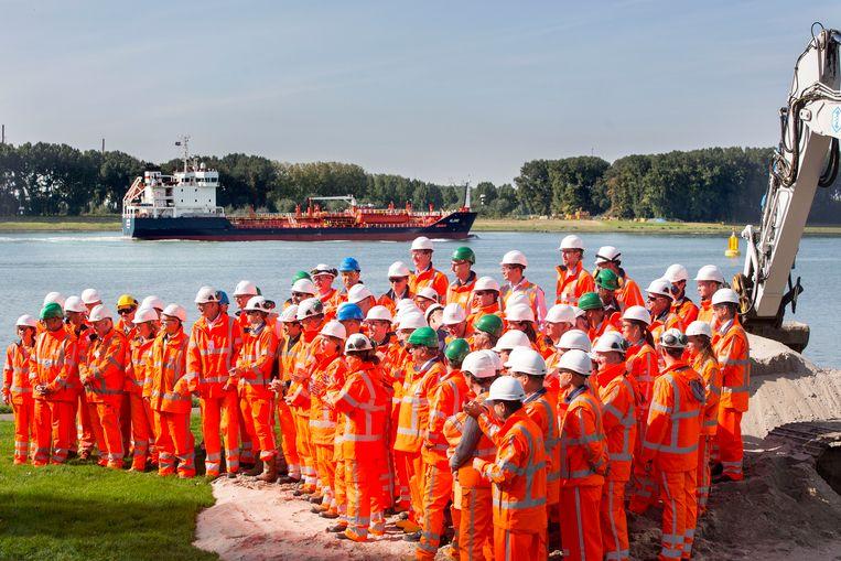 Minister Cora van Nieuwenhuizen (Infrastructuur en Waterstaat) geeft in Vlaardingen het startsein voor de aanleg van de Blankenburgverbinding. Beeld Arie Kievit