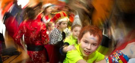 Verkleedkleren aan, foto maken en in polonaise