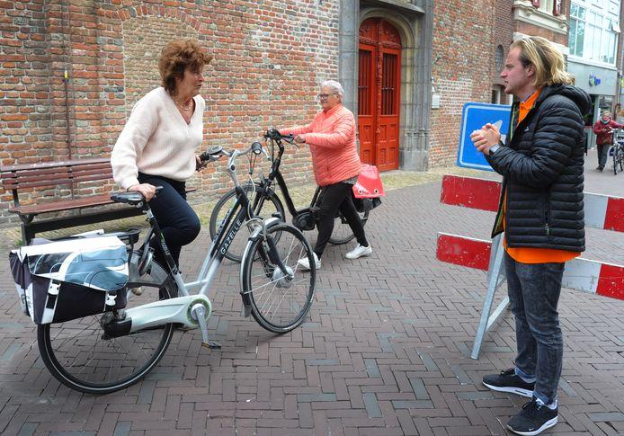 Middelburg weert fietsen uit de winkelstraten om ervoor te zorgen dat winkelend publiek 1,5 meter afstand kan houden. De ondernemersvereniging zet stewards in om mensen daarop te wijzen. De LPM betwijfelt echter of het verbod rechtsgeldig is.