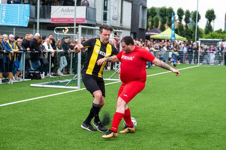 Geert Van Rampelberg en Marco in duel, de sterspelers van beide ploegen.