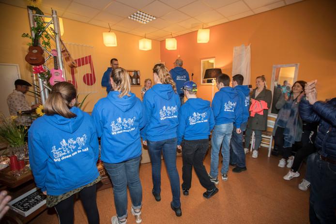 Cliënten van Stichting Meedoen in Son en Breugel krijgen trainingsjassen.