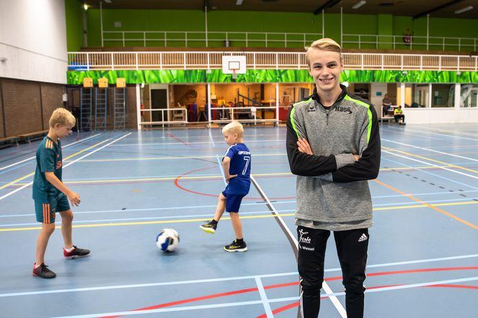 Matthijs van Wessel uit Soest doet sportief vakantiewerk in sporthal de Lunet in Naarden. Hij is begeleider bij sportkampen voor kinderen. ,,En ik zorg dat de lunchbroodjes zijn gesmeerd.''