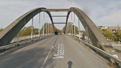De Vlaamse Waterweg plaatst signalisatie tegen bruglopers aan brug tussen Kuurne en Harelbeke