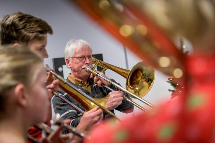 De Zwolse dirigent en muzikant Hans Oosterwijk stopt er mee na jaren van muziekplezier