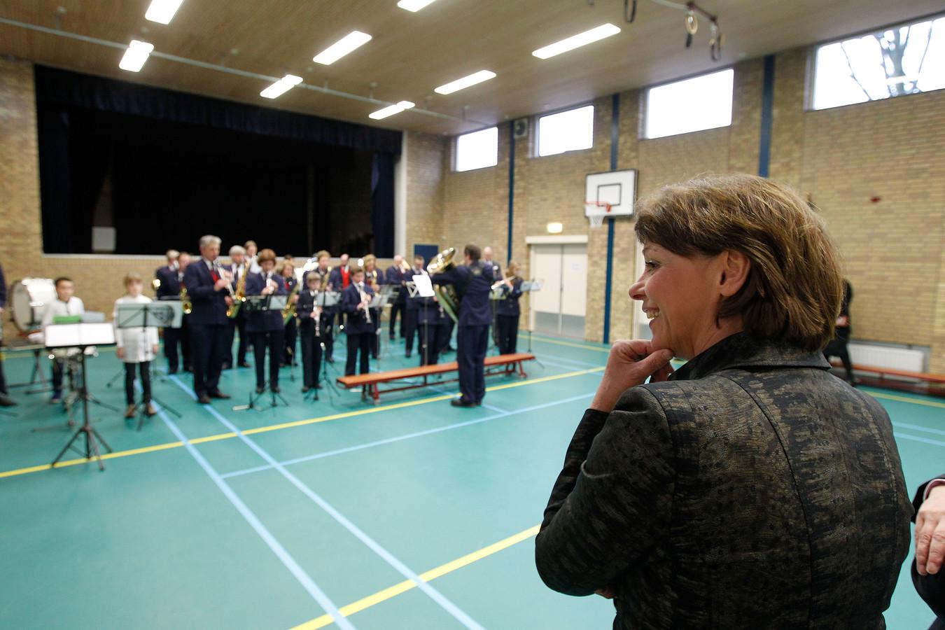 Burgemeester Blanksma luistert naar harmonie Amicitia uit Brouwhuis tijdens haar introductieronde door Helmond. Beide doen mee aan Meer Muziek in de klas Lokaal Helmond.