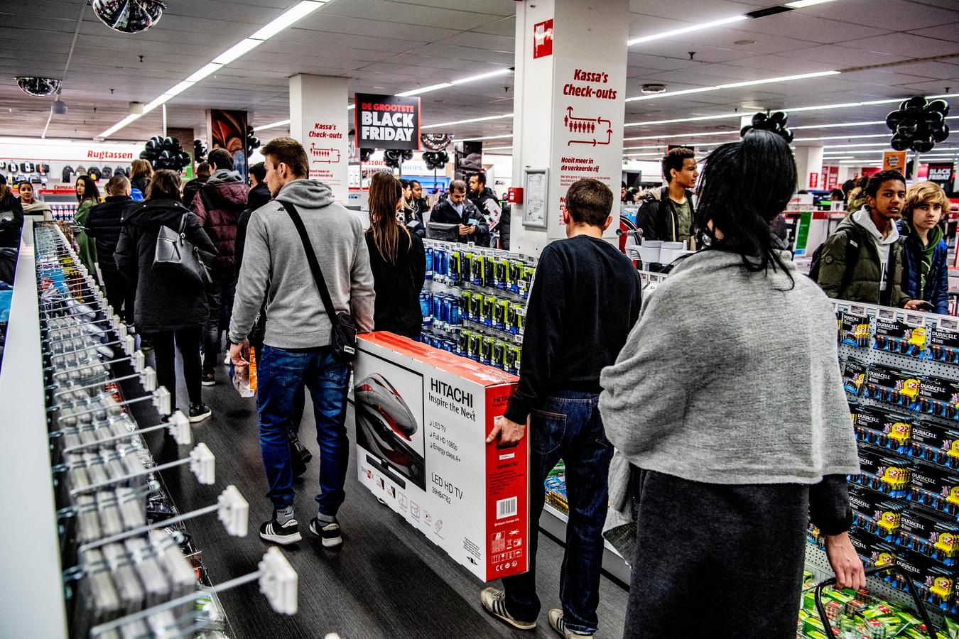 MediaMarkt is een van de grote bedrijven die stelt dat het kopen op afbetaling 'ernstig onder druk' komt te staan als de maximale rente die zij mogen doorbereken op tien procent blijft staan. De verlaging die minister Wopke Hoekstra heeft ingesteld is momenteel nog tijdelijk.