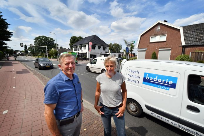 Zenderen baalt van het enorme aantal voertuigen dat iedere dag dwars door het dorp rijdt. Op de foto Fons Loohuis en Sandra Ottolander van de Actiegroep Zenderen.