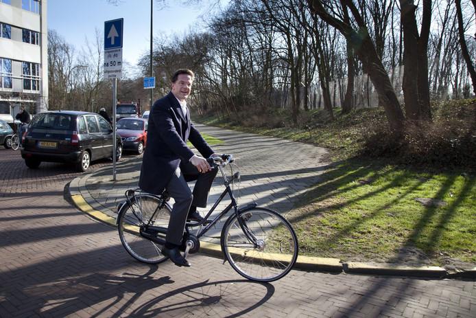 Premier Mark Rutte fietst en loopt zelf alles binnen Den Haag, en zorgt zo tijdens zijn drukke baan voor voldoende beweging.