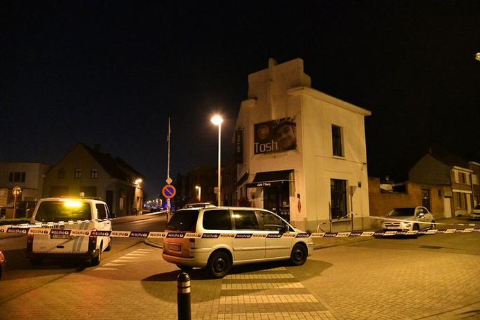 Politie bij het café in Wijnegem, nabij Antwerpen.