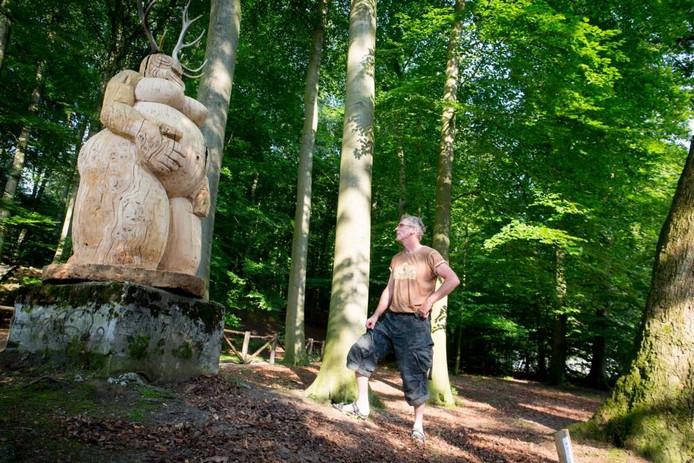 De Arnhemse beeldhouwer E. Pietersen bij zijn beeld 'Nature'.