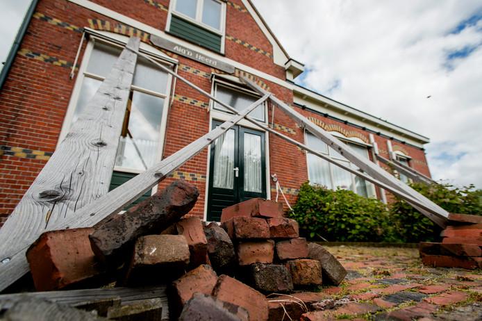 Dorpshuis in het dorpje Leermens staat gestut door de aardbevingen als gevolg van de  gasboringen