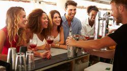 """""""Vooral níet roepen!"""": barmannen tippen hoe je sneller bediend wordt op café"""