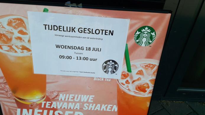 Starbucks in Zwolle hield vanochtend de deuren gesloten. Het water was afgesloten door werkzaamheden aan de waterleiding naast de koffiezaak. Zonder water, geen koffie.