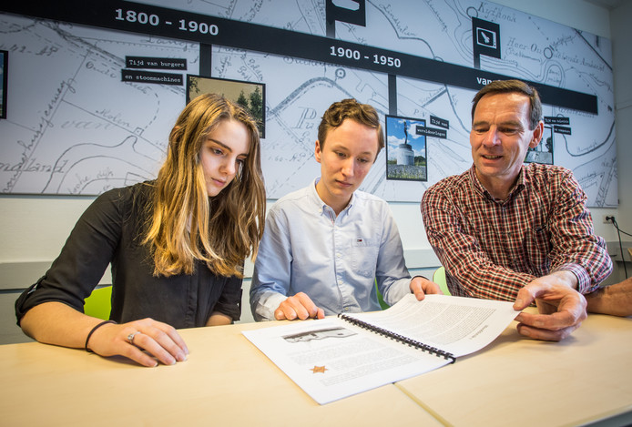 Wim Kees Makkenze neemt het profielwerkstuk door met vwo-examenkandidaten Wouter Venderbos en Tessa van Woensel.
