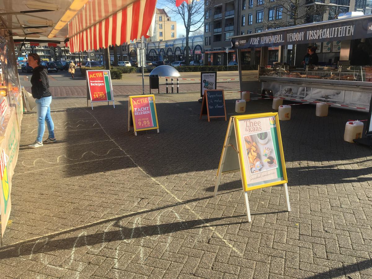De marktkooplui in Oss maken het de klanten op allerlei manieren makkelijk om 1.5 meter afstand te houden.