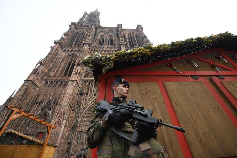 Militairen houden de wacht bij de gesloten kerstmarkt in Straatsburg. Beeld EPA