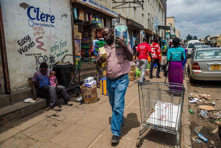 Zimbabwanen doen hun boodschappen in de hoofdstad Harare Beeld afp