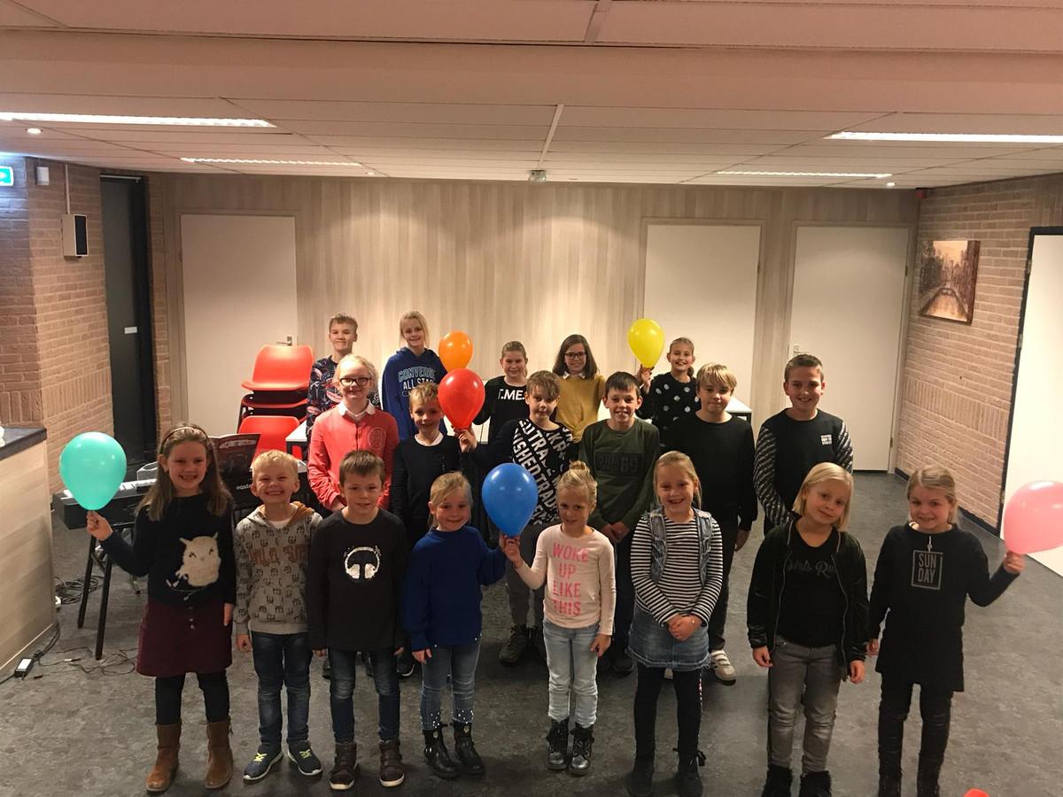 Kinderkoor Joy4Kids uit Rijssen laat samen met het jeugdorkest van Wilhelmina en koor Jong van Hart van zich horen tijdens de Zomerzang- en Muziekavond