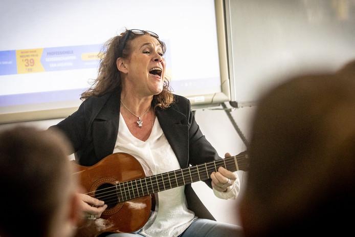 Muziekvakleerkracht Irma Hemmer kan op basisschool De Wiekslag lesgeven dankzij het extra onderwijsgeld.