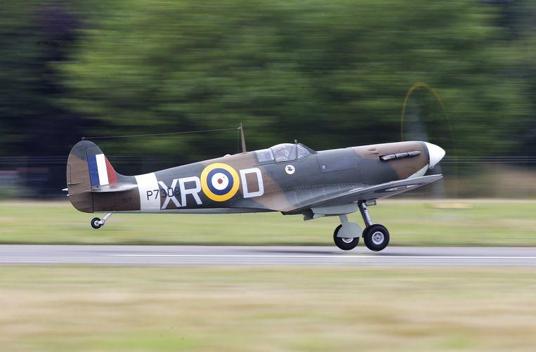 Een Spitfire stijgt op tijdens een  'Battle of Britain' herdenkingsceremonie op Biggin Hill.  Beeld REUTERS