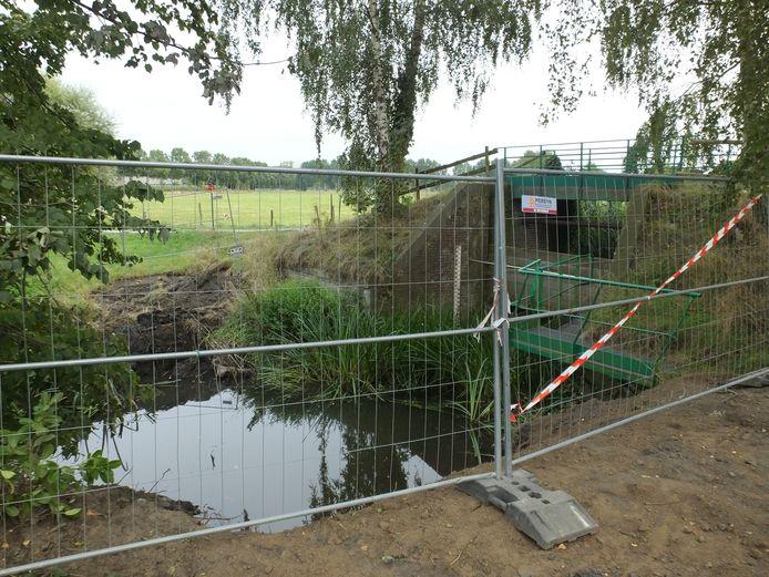 Links van het bestaande brugje komt een nieuwe oversteekplaats, maar de werken liggen voorlopig stil.