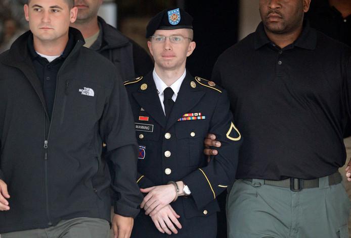 Bradley Manning wordt na een hoorzitting naar een voertuig begeleid, dinsdag in Fort Meade, Marlyland.