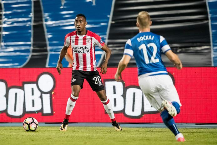 Joshua Brenet in actie bij PSV.
