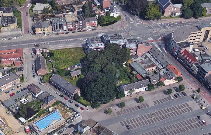 Luchtfoto van de huidige situatie op de hoek Kronehoefstraat (boven) - Van Brakelstraat (links) in Eindhoven. Hier wil ontwikkelaar/bouwbedrijf Van Wanrooij 42 appartementen bouwen. Op de voorgrond de oude boerderij.