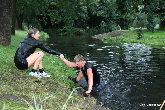 De Prutloop in Kampen gaat over een parcours van 3,5 kilometer door bagger, sloten en blubber.