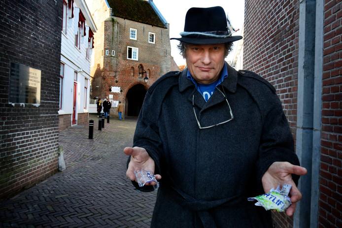 Jos Korthout tijdens één van zijn opruimrondes in Woudrichem.