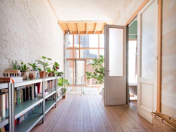 Oude vloeren en deuren werden gerecupereerd en combineerd met nieuwe, ruwe elementen.