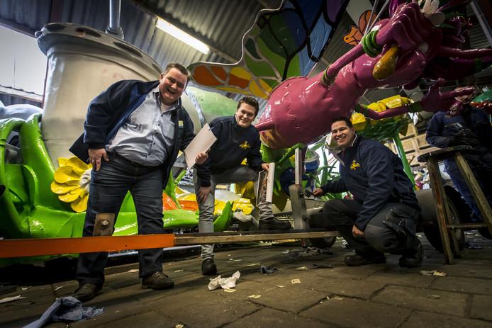 """Water Lansink - hier links op de foto tijdens een eerdere keuring van carnavalswagens - heeft louter complimenten gekregen voor het afgelasten van de optocht in Albergen. """"Met de windvlagen van zondag waren de gevolgen niet te overzien."""""""