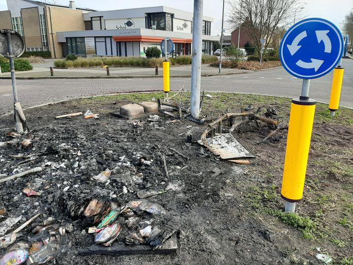 Restanten van de brand op de rotonde aan de Akkers op Urk.