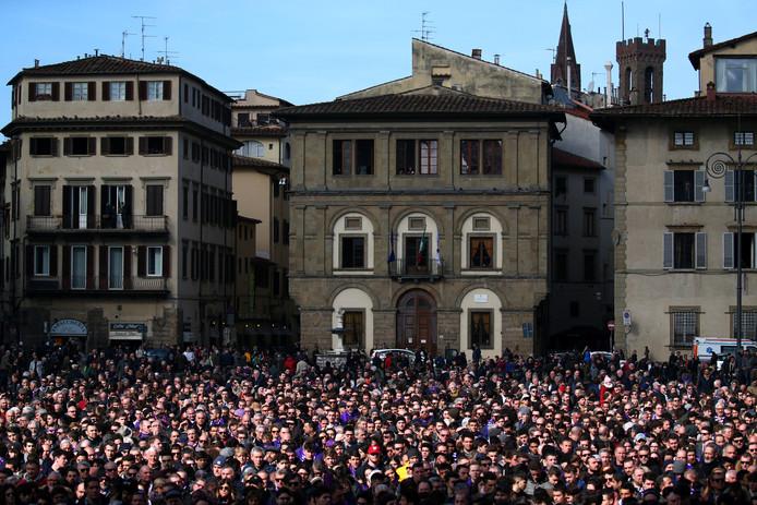 Duizenden voetbalfans op het plein voor de Santa Croce Basilisk.