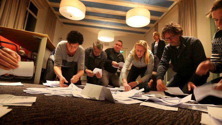 De gemeente Schiermonnikoog telt de stemmen die zijn uitgebracht in het referendum over het associatieverdrag tussen EU en Oekraïne Beeld anp