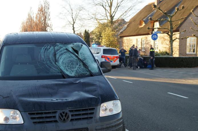 De auto raakte door het ongeluk beschadigd aan de voorruit.