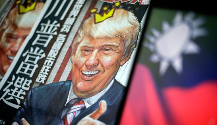 Een krantenkop met een illustratie van Trump naast de Taiwanese vlag. Beeld epa