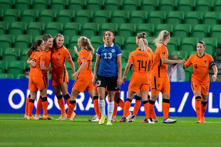 De Nederlandse speelsters vieren het eerste doelpunt van Daniëlle van de Donk, helemaal links. Beeld ANP