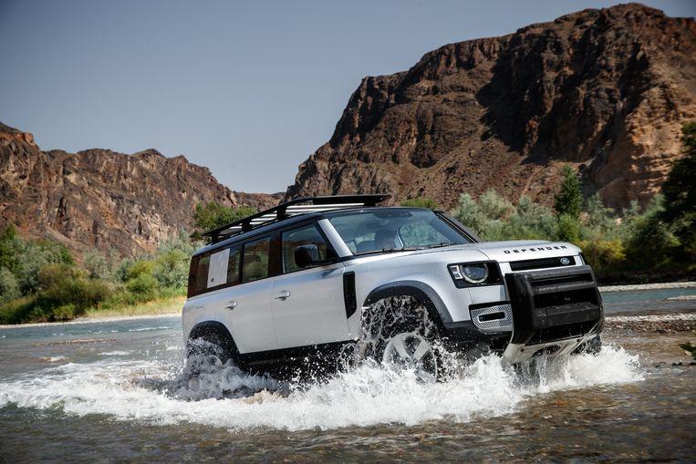 De nieuwe Defender zoals Land Rover hem graag neerzet: bezig met het ruigere werk. Beeld