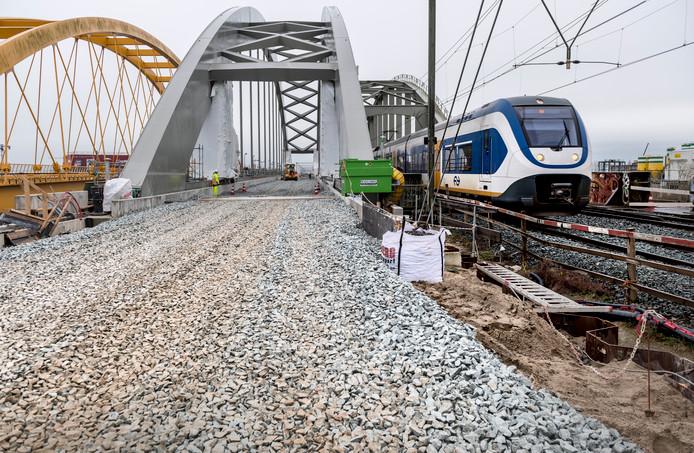 Het grind bij de nieuwe brug is gestort