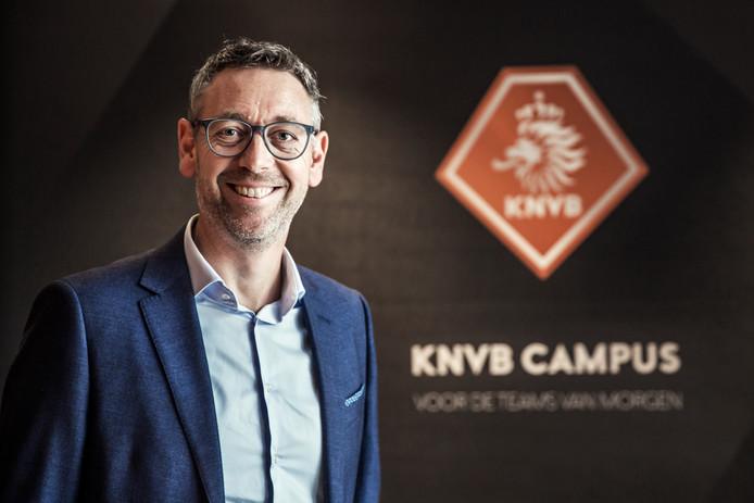 Jan Dirk van der Zee, directeur amateurvoetbal van de KNVB, complimenteert AVC Heracles.