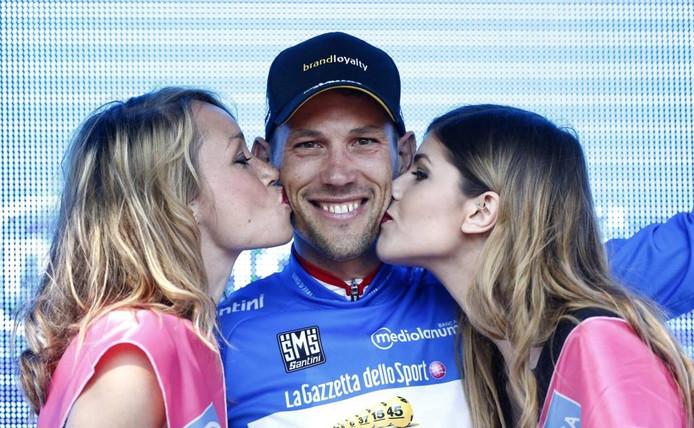 Maarten Tjallingi op het podium in Arnhem met de blauwe bergtrui van de Giro d'Italia.