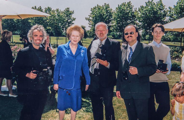 Fotograaf Kris Van Parys (tweede van rechts) en enkele van zijn collega's, bij Iron Lady Margaret Thatcher, die ook op het verjaardagsfeest van Roger Declerck aanwezig was.